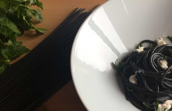 Spaghetti neri con colatura di alici e fiocchi di stracciatella